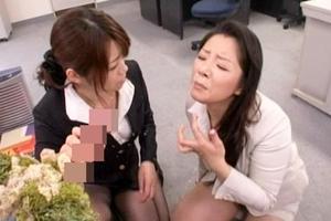 北条麻妃 浅倉彩音 美熟女がディルドを手コキフェラ!2人で交互に舐めてザーメンに似た白液を顔射される