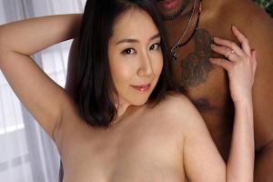 欲求不満のGカップ爆乳おっぱい妻に迫る黒人男性!乳首を弄びパンツの上からまんこを手マン