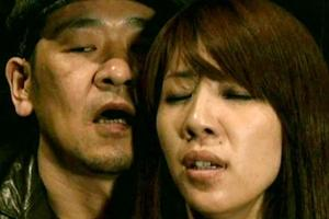 【ヘンリー塚本】人妻が映画館でおマンコを手マンで弄られる!フル勃起した肉棒を触らされてフェラをする