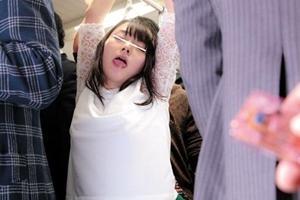 涼川絢音 巨乳美女が満員電車で痴漢!つり革に手を拘束されパンツの中に媚薬リモコンバイブを仕込まれる