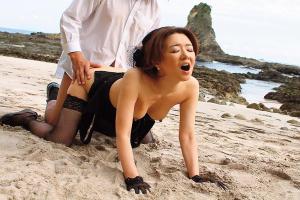 真梨邑ケイ 大物シンガーが魅せる本気SEX!浜辺で若いチンポにバックで何度もイッちゃう情熱の美熟女!