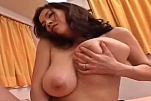 友崎亜希巨乳母が義息を誘惑し朝立ちチンコをフェラ近親相姦SEX