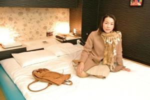 司杏子エッチなTバックに着替えさせれられる大阪の巨乳な五十路お母さん