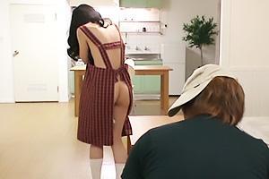 長谷川美紅裸エプロン姿の美熟女をローターでイタズラ!肉棒で突きまくりザーメン顔射