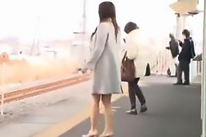 美人なシングルマザーに電車内で突然キス!欲情してしまいオナニーしながらちんぽをフェラ
