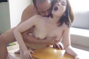 本庄優花 巨乳人妻が欲求不満で久しぶりのセックス!おっぱいを絞れば母乳が垂れてしまう