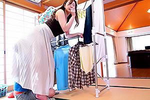 親戚のクソガキのエッチな悪戯!スカートの中に潜り込まれてクンニされちゃう綺麗な叔母さん