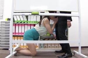 葵百合香 巨乳美女OLが男根を脇コキされる!ホワイトボードに隠れて手コキフェラしてザーメン顔射