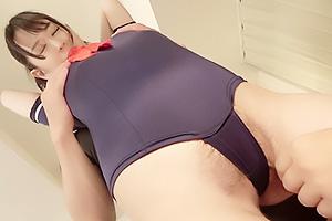 【素人】カレン セーラー服水着でコスプレした清楚系女子大生!剛毛がはみ出しまくりの美少女と3P