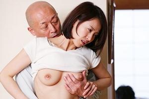 谷原希美 巨乳人妻が寝取られNTR!夫が近くにいるのに手マンされて感じてしまう