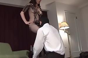 成澤ひなみ おっぱいがスケスケな全身タイツ姿のドSな激エロ熟女!変態M男を調教して肉便器化