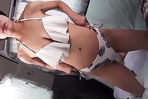 巨乳の谷間がセクシーなショートカット美少女を海ナンパ!スタイル抜群なビキニ姿を堪能