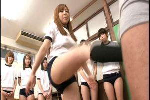 蹴って叩いて踏んづけて!フリーダムすぎる金蹴り授業でむっちりJKたちが痴漢を撃退!