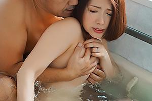加藤ツバキ 風呂場を借りるため上司宅を訪れた部下!美人な人妻と不倫セックスしてしまう