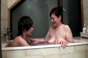 富岡亜澄 巨乳でムチムチの五十路熟女お母さん!お風呂でフル勃起した息子ちんぽをパイズリ洗体