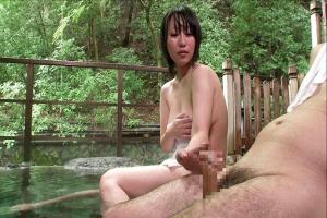 混浴の露天風呂でフル勃起したちんぽを見せつける!興奮した巨乳美女が野外でパイズリ