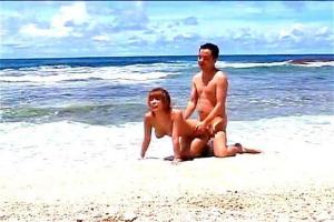 飯島夏希 南の島で爆乳おっぱいのビキニギャルと青姦セックス!砂浜でガン突き立ちバック