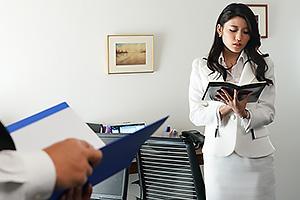 ガーターベルトのセクシーランジェリーをつけた美人妻の秘書!社長室でNTRセックス