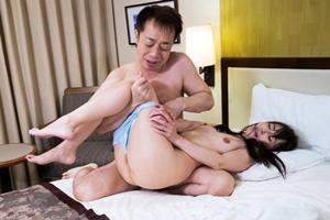 香澄麗子 熟女マッサージ師に勃起チンポを見せ付けて中出しセックス!強引にパンツを脱がされるおばさん
