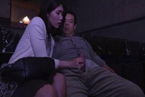 【ヘンリー塚本】柊さき 映画館で不貞行為を行う三十路熟女妻!フル勃起した他人ちんぽを手コキ