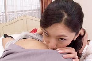 相原ひとみ 巨乳熟女が乳首舐めながらパンツの中の男根を弄る!赤いランジェリー姿の叔母さん