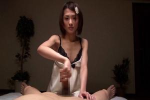 夏目優希 ショートカットのスレンダー美女が手コキフェラで勃起チンコをイカせる