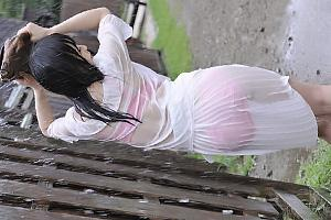 羽月希 突然の雨で服がびしょ濡れになった美人妻!襲われてしまい他人ちんぽ挿入で鬼畜レイプ
