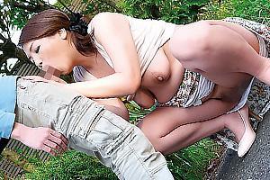 飯島陽子 出会い系アプリで男漁りしてるという四十路熟女の人妻!野外で他人ちんぽをフェラチオ