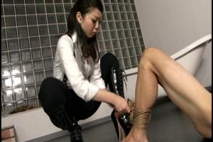 更科青色 ドSな女王様によるSM調教!手足を拘束されて身動きが取れないM男をスパンキング