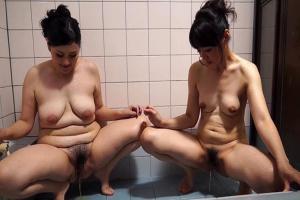 安野由美 新井由紀 ぽっちゃりとスレンダーのレズ女達!お風呂で全裸になりおしっこ放尿