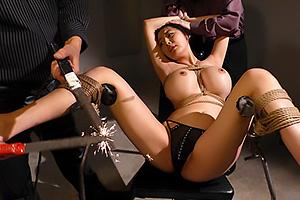 奥菜アンナ爆乳おっぱいの女捜査官が拘束されてしまい性奴隷調教!電流を流され悶絶