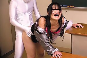 透明人間にいきなり襲われてしまう熟女教師!デカマラ巨根をぶち込まれ立ちバックで教室レイプ