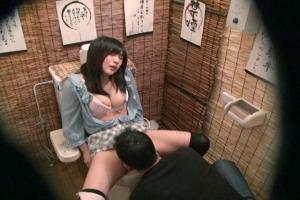 居酒屋で酔ってムラムラした巨乳お姉さんがトイレでオナニー!欲情したまんこをクンニで沈めて濃厚フェラで口内射精!