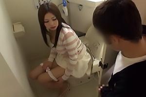あすか光希 男女共有のトイレで放尿中のお姉さんに遭遇するラッキースケベなハプニング!