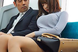 三上悠亜 ニットの着衣巨乳がエロすぎる国民的アイドル!電車でおじさんちんぽをパイズリしちゃう