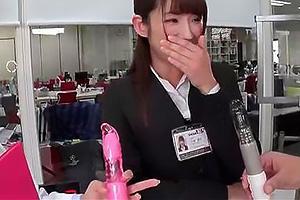 手塚愛佳 美人でスレンダーなスーツ姿の女子社員に協力してもらい二穴責めの徹底検証!