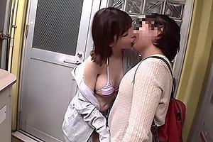 深田えいみ 巨乳の美少女が素人男性を逆ナン!ビキニ姿を見せつけ濃厚キスでエッチな誘惑