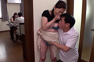 遠田恵未 還暦の熟女母と近親相姦セックス!父親と妻が近くにいるのにNTRちんぽをぶち込む