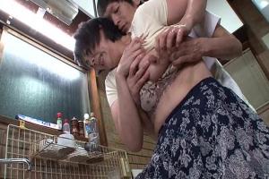 円城ひとみ 近くに夫がいる状況で息子に体を求められる熟女母!背徳のNTR近親相姦セックス