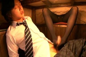 篠原友里恵 制服JKのお姉ちゃんがコタツの中で弟ちんぽをイタズラ !黒タイツの美脚で足コキしちゃう