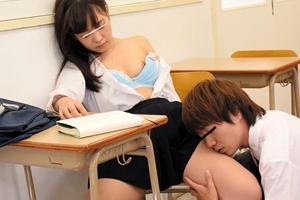 巨乳美少女が爆睡中にイタズラされ太ももを頬ずり!起きたら教室で騎乗位や前面立位でピストン