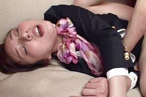 辰巳ゆい 巨乳美女のキャビンアテンダントが着衣セックス!2人の男に調教され快楽堕ち