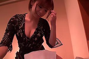吉澤友貴 おっぱいの谷間がセクシーなドスケベ美容師!お客さんちんぽを店内でフェラチオ