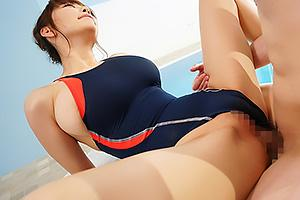RION ピタピタの競泳水着でスポコスしたJカップ超乳のお姉さん!プールサイドで濃厚着衣セックス