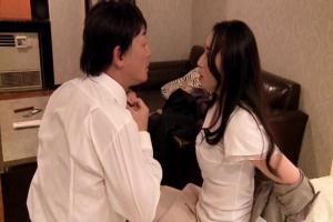 椎名綾 姑とマザコン夫にストレスを溜める美人妻!同窓会で再会した男とNTR中出しセックス