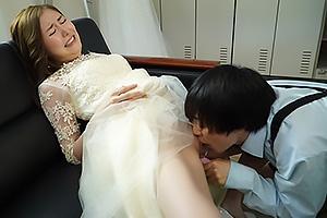 東希美 ショタ男にエッチなイタズラされてしまうウェディングドレスの花嫁!オモチャ責めで潮吹き絶頂