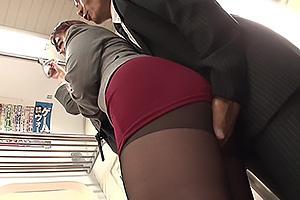 君島みお 波多野結衣 電車で見つけた黒パンストがセクシーなOL!憑依してトイレでオナニー