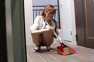 夏希まろん ノーブラノーパンで誘惑してくるハレンチな隣人妻!ドスケベ痴女にオナニーを見せつけられる