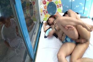 【マジックミラー号】ダメって言いながら性感マッサージで巨乳水着お姉さんに生挿入!彼氏に見られてる感覚の寝取って中出し!