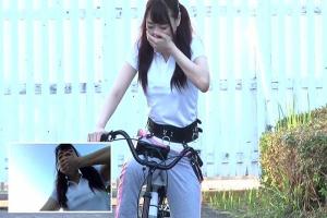 澁谷果歩 浜崎真緒 二人の巨乳美女が電マ付きの自転車で潮吹きしながら公園を走行
